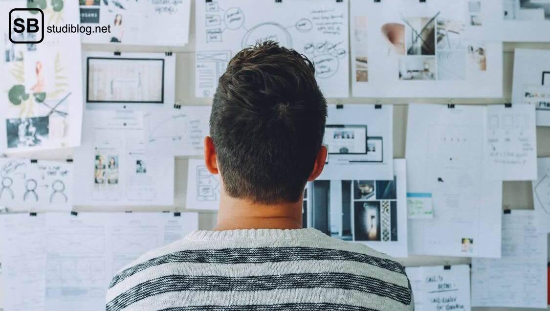 Bachelorarbeit: Thema finden - Mann steht vor einer vollgepackten Pinnwand
