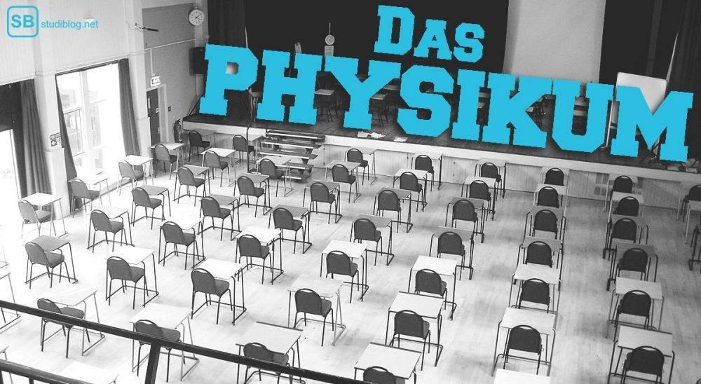 Das Physikum im Medizinstudium: Ein Saal steht voller Tische und Bänke für eine Prüfung