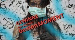 Dunkelhaarige Frau mit Mundschutz und Skalpell in der Hand und schwarz verschmierten Händen und Gesicht - lebe den Moment.