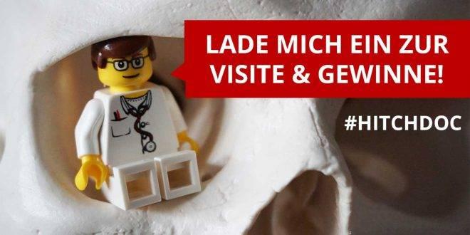 Lego Arzt Hitchdoc kommt zur Visite und reist von Medizinstudent zu Medizinstudent - Bild zeigt wie Doc in der Augenhöle eines Skelletkopfes sitzt