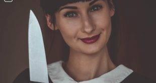 Dunkelhaarige Frau mit einem Messer in der Hand und einem leichten Lächeln - Die Tinder-Dating-Story.
