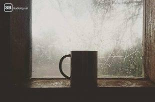 Eine Tasse steht auf einem Holzfensterbrett - durch das ziemlich blinde Fenster sieht man nur weiße Flächen - das Wintersemester steht vor der Tür.