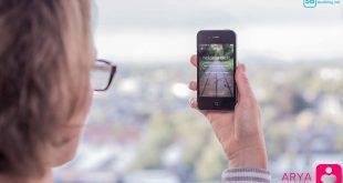 ARYA: Frau hält ein Handy mit der App ARYA - die gegen Depressionen helfen soll