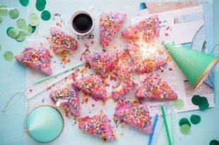 Geburtstag meiner Mitbewohnerin: Kuchen, Konfetti und Party-Hüte liegen auf einem Tisch verteilt