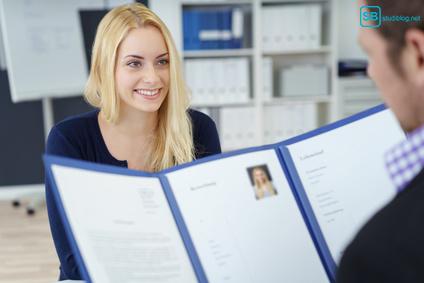 Lebenslauf und Bewerbungsfoto: junge Frau im Bewerbungsgespräch