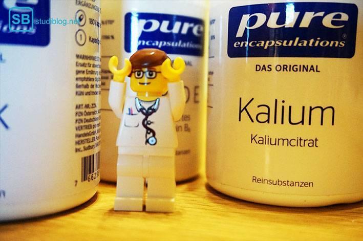 lego arzt steht zwischen vitamindosen