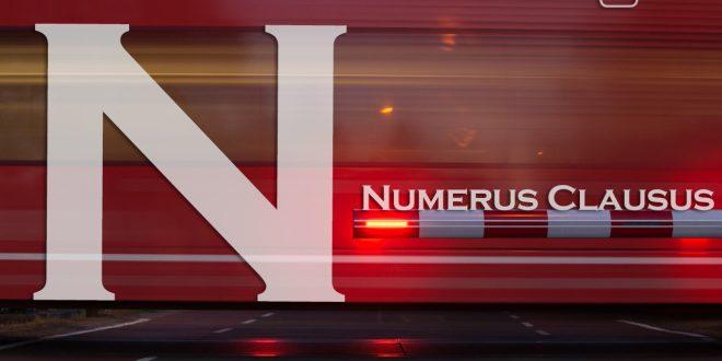 Numerus Clausus (NC): Zug, der an einer Schranke vorbei rast