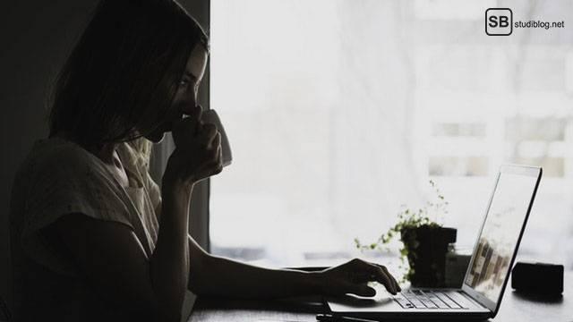 Zeitplan für Bachelor- und Masterarbeit: Korrektur lesen (lassen): Frau liest etwas auf ihrem Laptop, während sie Kaffee trinkt