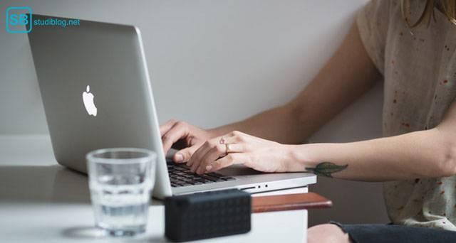 Zeitplan bei Bachelor- oder Masterarbeit: Schreibprozess: Mädchen tippt auf ihrem MacBook
