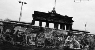 Mauer, mit Graffiti besprüht, vorm Brandenburger Tor in Berlin am Tag des Mauerfalls.