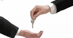 Mietvertrag in WGs: Eine Hand überreicht einer anderen einen Wohnungsschlüssel
