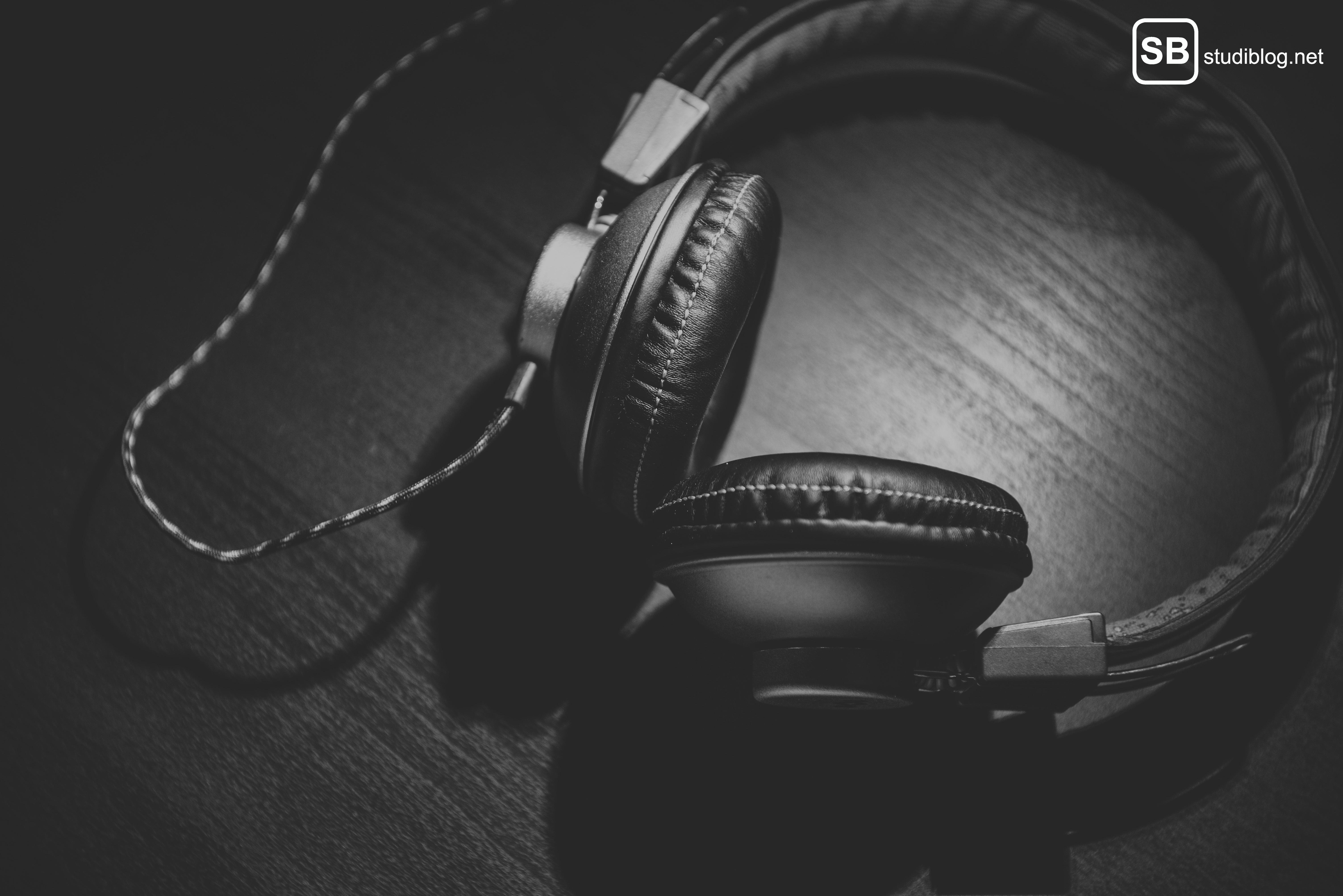 Musik: Kopfhörer liegen auf Holz