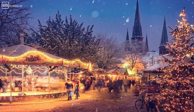 Auslandssemester in Deutschland: Karussell auf einem Weihnachtsmarkt. Es schneit.