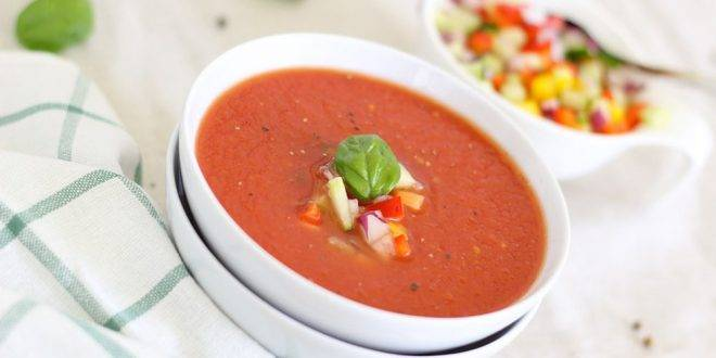 Gazpacho in einer Schüssel serviert, mit Gemüse verziert