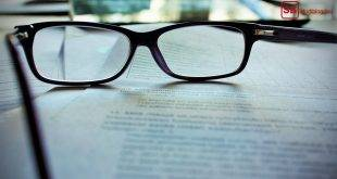 Lektor/Korrekturlesen Bachelorarbeit: Brille liegt auf einem gedruckten Dokument