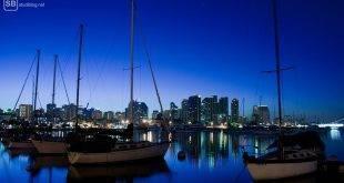 Auslandssemester: Der Hafen von San Diego bei Nacht, mit der Skyline im Hintergrund und Booten im Vordergrund.