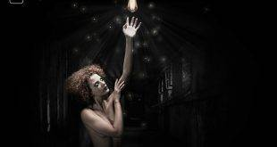 Leichtbekleidete Frau steht unter einer Glühbirne - der Hausgeist lässt die Erotik knistern in der Geschichte