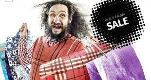 Mann mit langen Haaren, Brille und Karo-Pulli flippt mit Tüten in der Hand aus wegen dem Black Friday