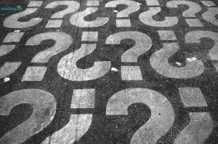 Bachelorarbeit - Forschungsfrage formulieren: viele Fragezeichen sind auf Asphalt gemalt