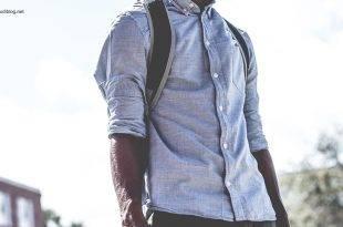 BWLer: Junger Mann steht in Hemd und mit Rucksack draußen