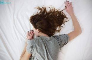 Ich hab nur von dir geträumt: Mädchen liegt auf einem Bett