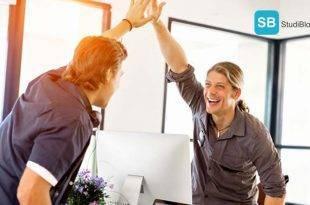 Einen Betreuer finden für deine Bachelorarbeit - hier findest Du die Tipps dazu. Das Bild zeigt zwei Studierende die sich ein high five geben