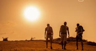 Studenten machen Urlaub - Wüstenlandschaft mit wandernden Studenten zum Artikel zwischen Backpacking VW-Bus und Ferienhaus