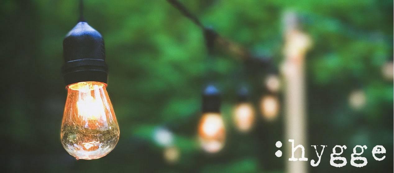 Hygge: Lichterkette im Freien