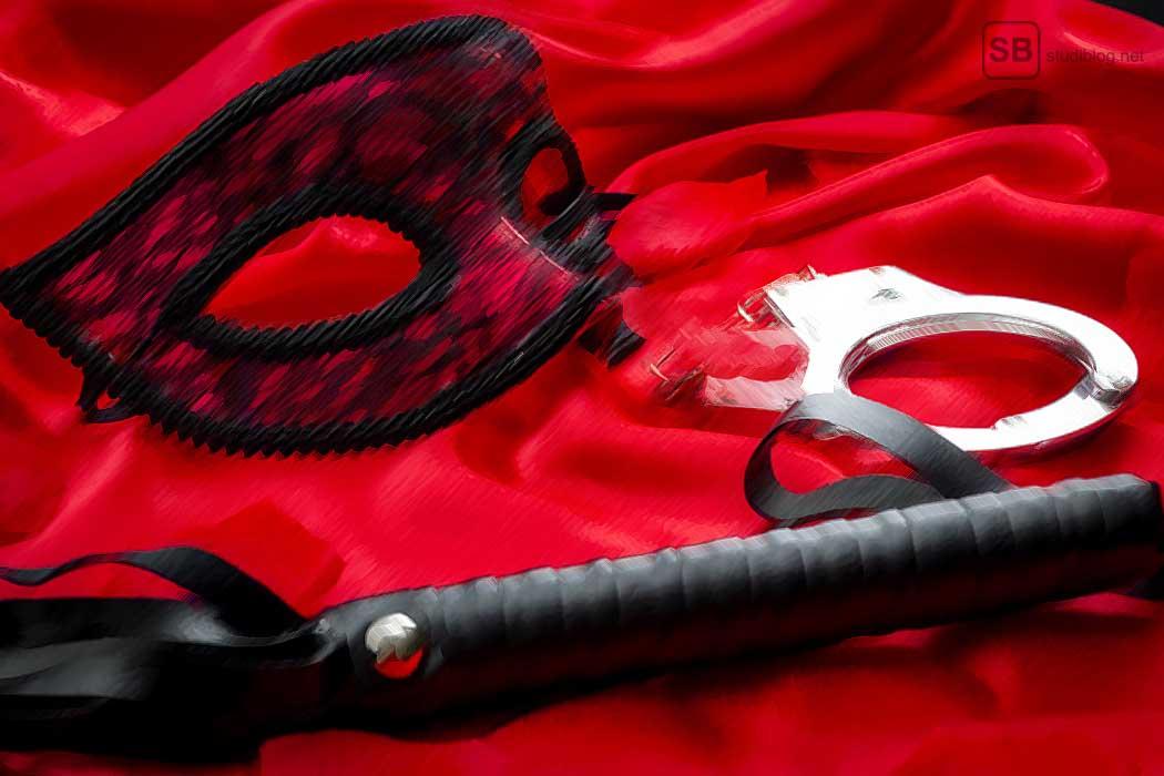 Maske, Tuch, Peitsche und Handschellen zum Artikel Stille Nacht Sündige Nacht