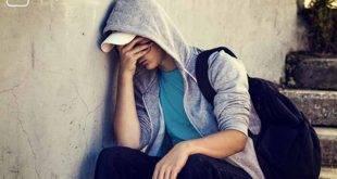 Prüfung nicht bestanden, was nun? Student sitzt traurig auf einer Treppe