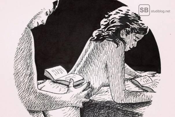 Nacktes Pärchen beim Lesen lernen. Das Buch des Mannes liegt auf dem Po der Frau, die sich vor ihm auf dem Tisch abstützt und ebenfalls ein Buch liest