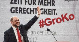 GroKo: Martin Schulz bei einer Rede. Im Hintergrund steht: Zeit für mehr Gerechtigkeit.