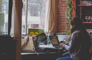 Schreibtyp Seminararbeit / Bachelorarbeit: Studentin sitzt in einem Café und tippt auf ihrem Laptop