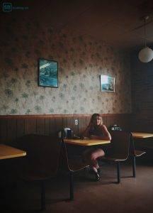 Kurz vor der Veränderung: Mädchen wartet im Café