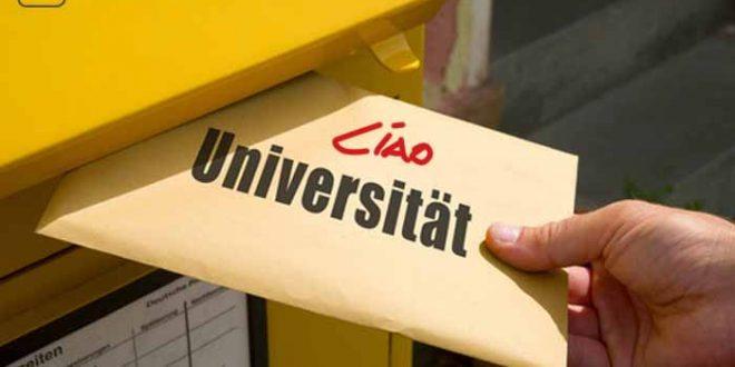"""Ein Brief auf dem steht """"Ciao Universität"""" wird in einen Briefkasten geworfen, welcher die Bescheinigung für die Exmatrikulation enthält."""