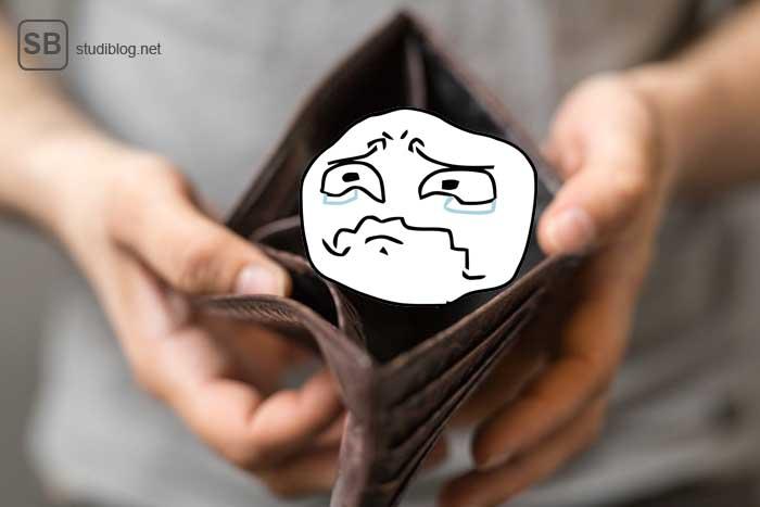 Leerer Geldbeutel mit traurigem Gesicht zum Thema kein Glücksspiel so eine ausgeglichene Haushaltskasse