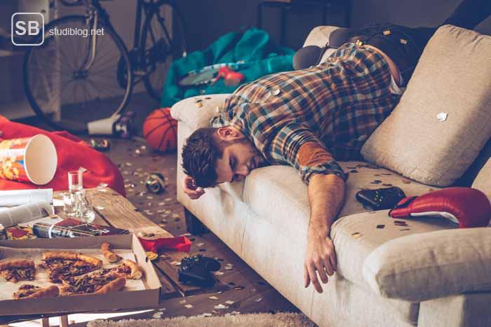 Lifehack gegen den Kater - Typ der besoffen über der Couch hängt zum Thema Lifehack für Erstis
