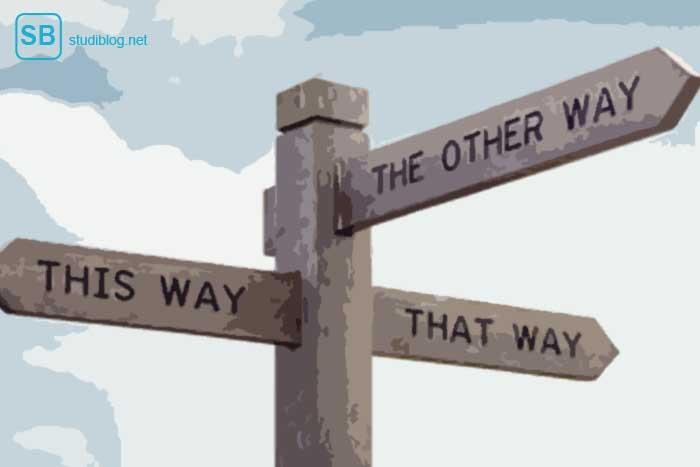 Wegweiser in verschiedene Richtungen als Symbol für die Auswahl der richtigen Studiengänge