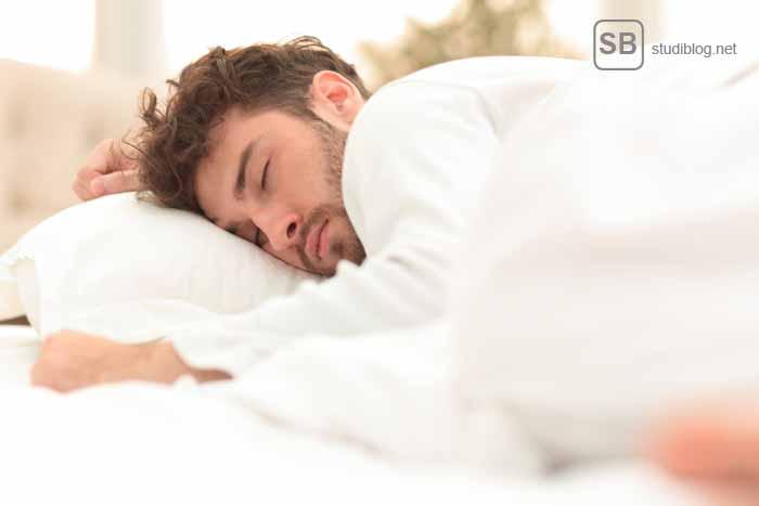 Lifehack Wecker - Schlafender Typ im Bett zum Thema 11 Lifehacks für Erstis