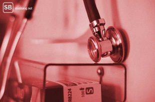 Medizinstudium - Stetoskop hängt an der Wand über eine Schachtel Medis