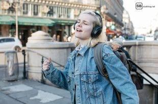 Beitragsbild zum Deezer Artikel Musik und Hörbücher die du liebst - gezeigt wird ein Mädchen mit Kopfhörer im Flow