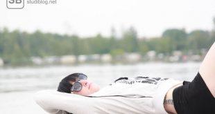 Studentin liegt auf einem Steg zum abschalten und entspannen
