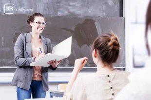 Studentin bei einem Vortrag vor der Tafel zum Thema Humor bei Referaten und Vorträgen
