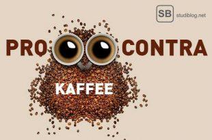 Ein Haufen Kaffeebohnen und zwei Tassen Kaffee zum Thema pro und contra Kaffee, was stimmt denn nun?