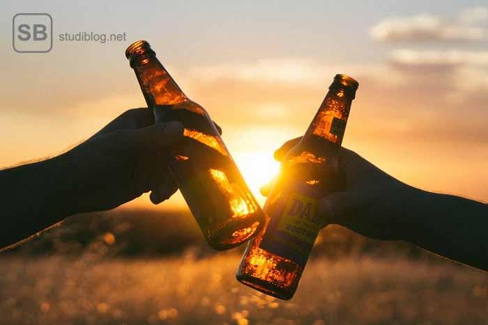 Bei Studenten prosten sich zu zum Thema Bier trinken im Studium - eine gute Kombination?