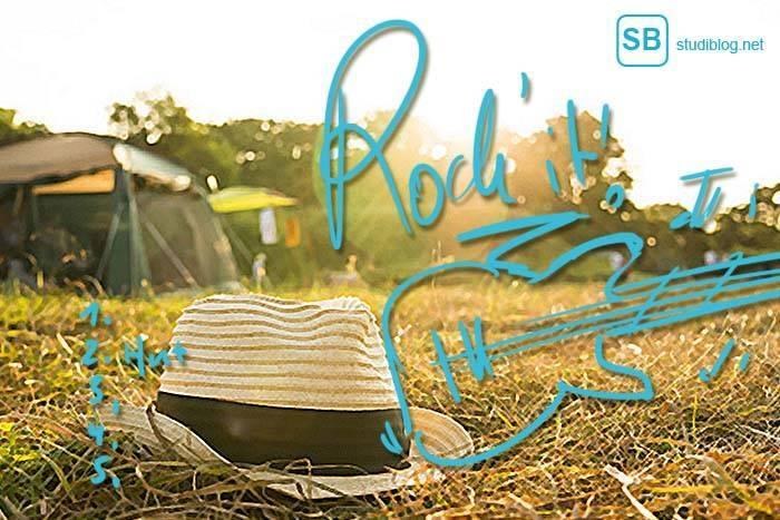 Festival-Checkliste für das nächste Festival - auf dem Bild ist ein Zeltplatz zu sehen und ein Hut der in der Wiese liegt.