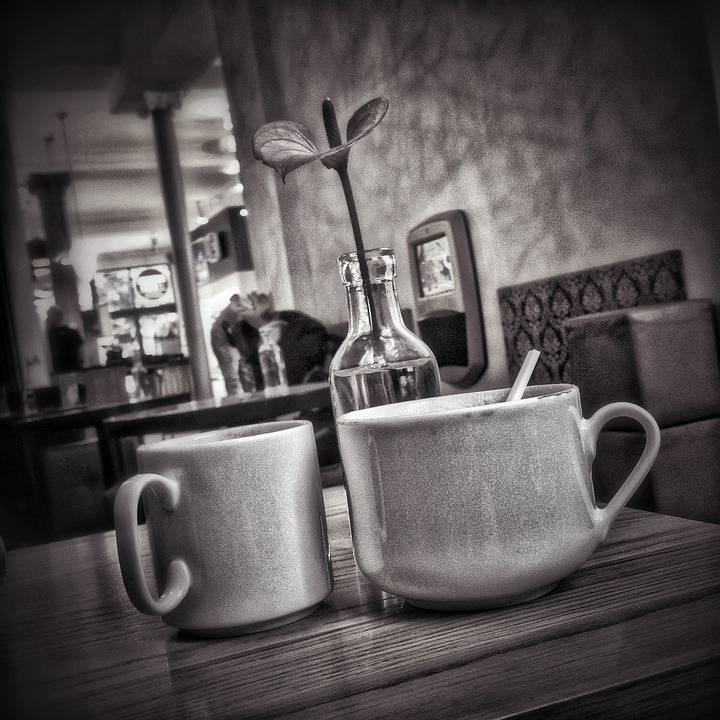 Zwei Kaffeetassen in einem Cafe zum Artikel Date mit dem Prof