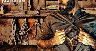 Menschliche Anatomie - Mann öffnet sein Hemd unter dem ineinandergreifende Zahnräder ihren Dienst tun.