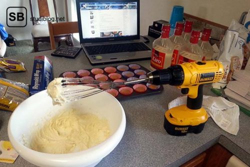 Schneebesen wird in eine Bohrmaschine eingespannt und damit der Muffinteig gerührt - Dinge, die arme Studenten machen.