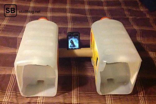 Zwei Plastikkanister werden mit einer leeren Zewarolle verbunden in welcher ein Handy steckt - DIY Soundsystem - Dinge, die arme Studenten machen.